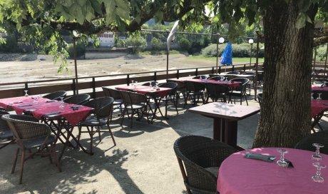 Restaurant en bord de lac avec une grande terrasse ombragée l'été Villers-le-Lac