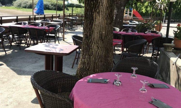 Terrasse ombragéede votre hôtel-restaurant Villers-le-Lac